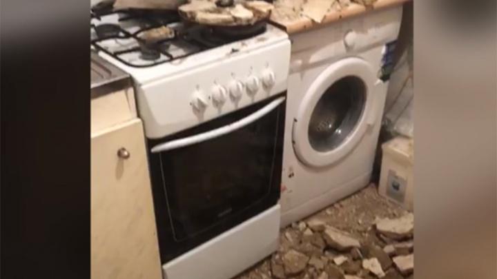 В ярославской квартире ночью рухнул потолок: видео с места