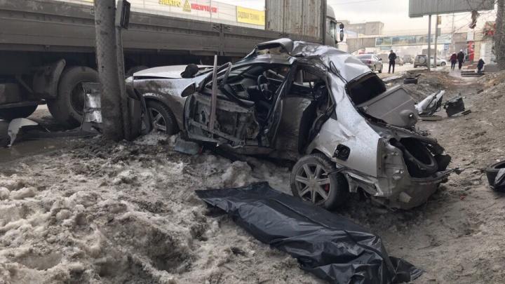 Пассажир «Ниссана» погиб в жёстком ДТП с грузовиком и столбом на Большевистской