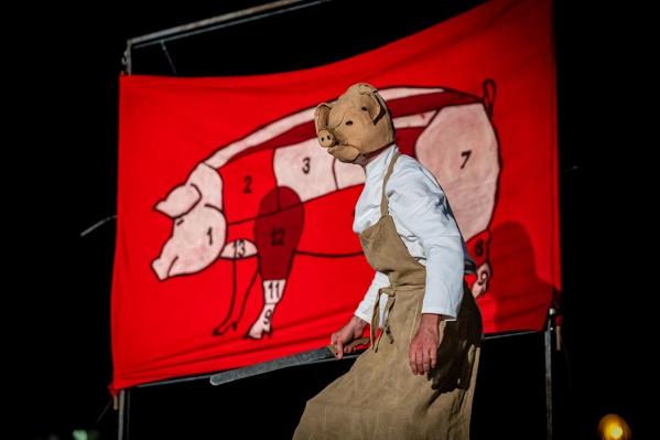 Хедлайнером фестиваля станет зрелищный спектакль польского театраTeatr Biuro Podrozy «Свинополис», поставленный по повести Оруэлла «Скотный двор»