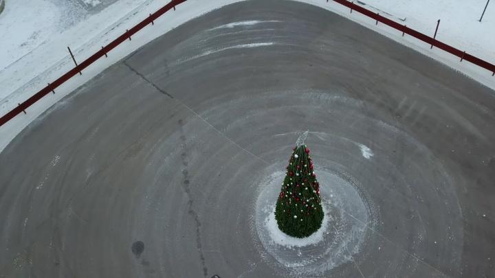 Вместо льда — асфальт: в парке Победы приготовили площадку под каток