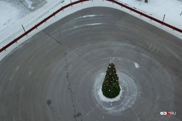 Вскоре на площадке зальют лед для катания на коньках