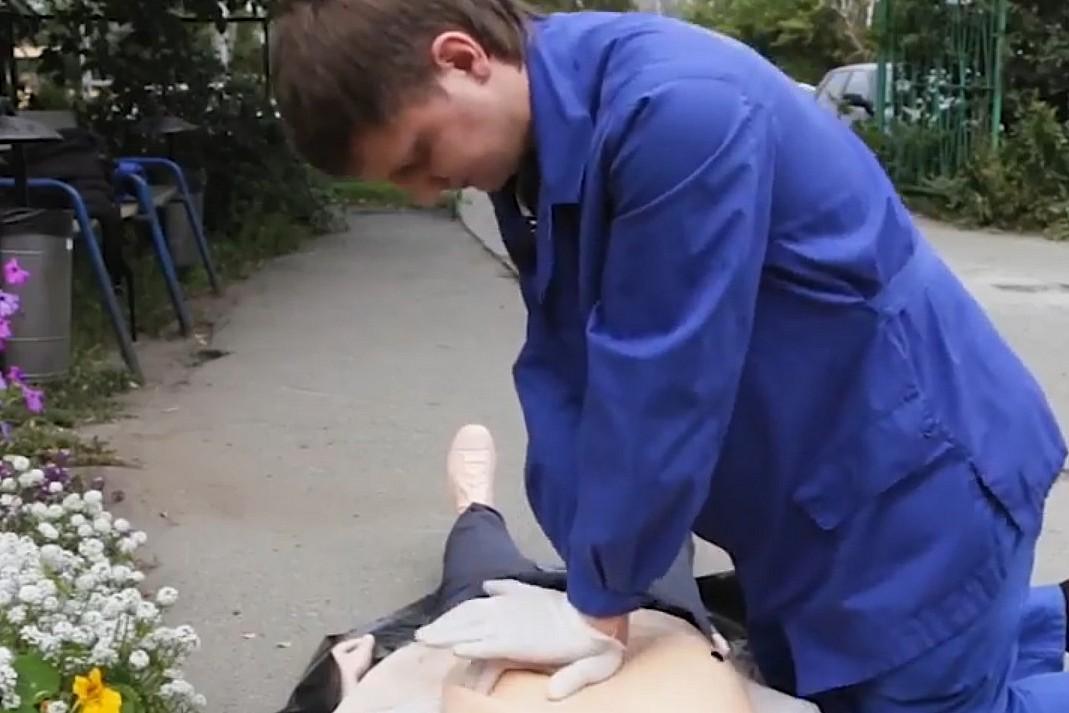 Упор в центр груди ладонями, качаем прямыми руками