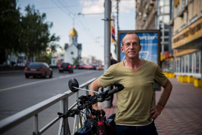 Роберт Моор проколесил уже тысячи километров в многих странах мира, а сегодня добрался до Новосибирска
