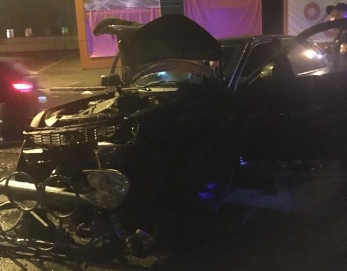 Сам автомобиль сильно поврежден, как и ограждение