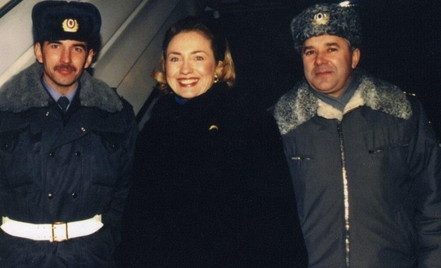 Хиллари Клинтон с будущим главой Свердловской ГИБДД Юрием Дёминым и начальником облГАИ того времени Виктором Рямовым