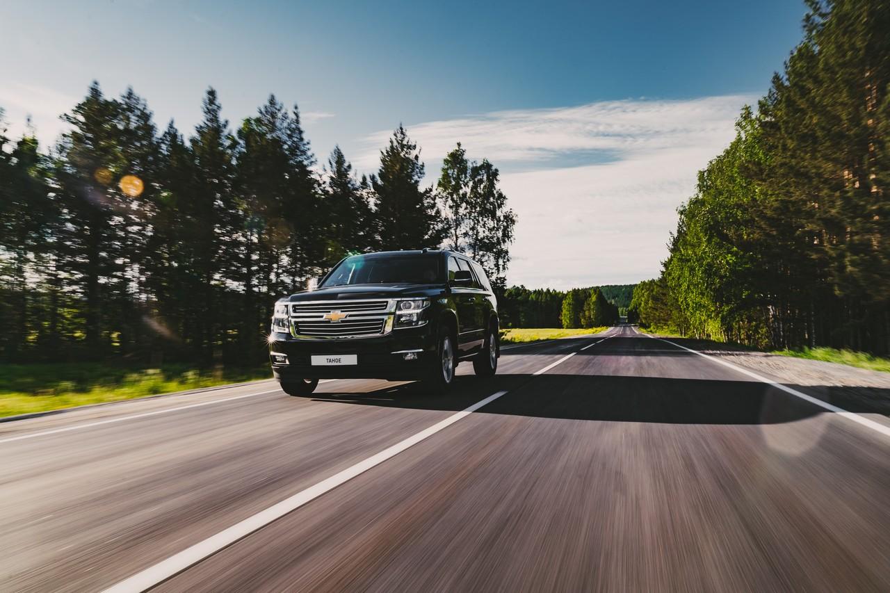 В России Chevrolet Tahoe стоит от 4,49 миллиона рублей, поэтому хоть и не относится формально к премиум-сегменту, по оснащённости, мощности и стоимости попадает туда вполне