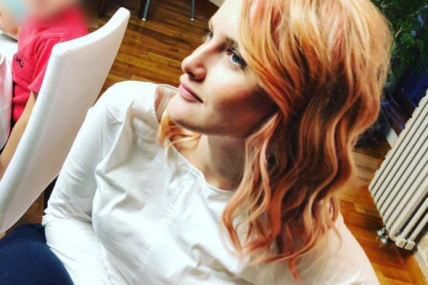 Цвет волос у девушки постепенно бледнеет