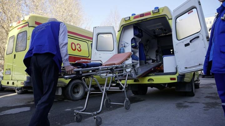 В Тобольске под прицеп «Урала» залетела иномарка, пять человек увезли в больницу