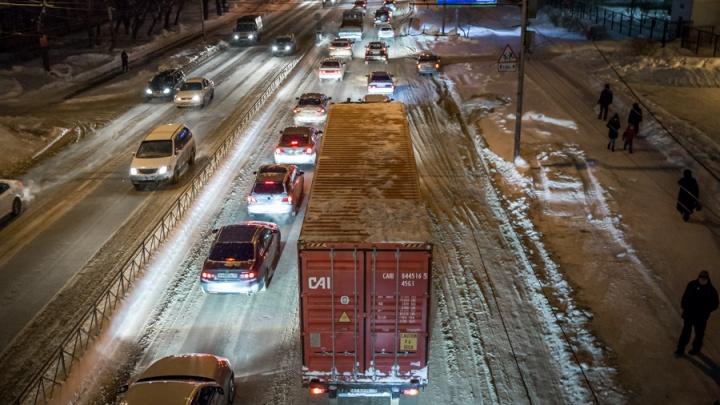 Грузовикам запретили ездить по Новосибирску из-за снегопадов