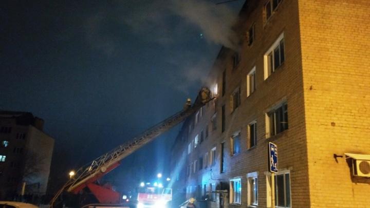 Эвакуировали 92 человека: в Самарской области в общежитии произошел крупный пожар