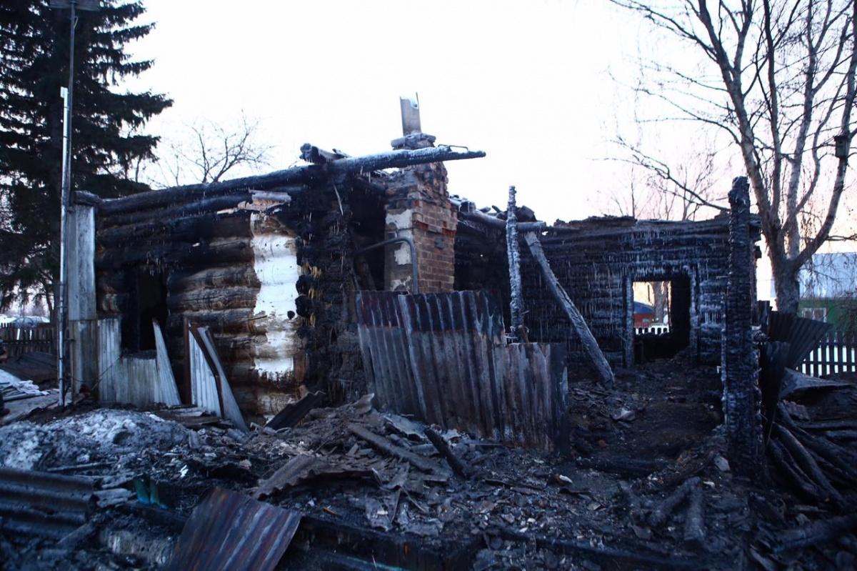Дом, в котором жила многодетная семья, сгорел дотла