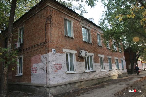 Жители этих двухэтажек будут чувствовать себя некомфортно, имея под боком высотку
