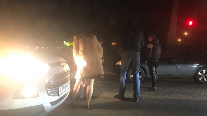 Отлетел от «Лады» и ударился об Ford: в Волгограде около гипермаркета «Лента» вечером сбили пешехода