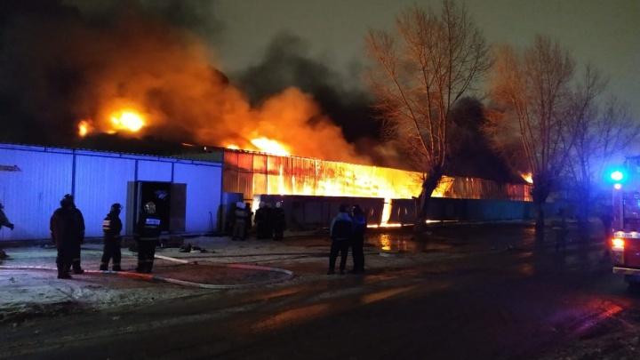 На Верх-Исетском рынке сгорел огромный ангар: рассказываем, что там происходило