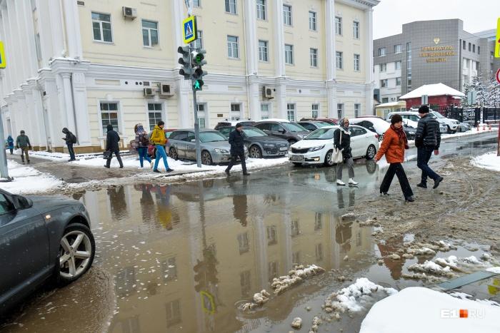 Не успел в городе растаять снег, не успели высохнуть лужи , как синоптики опять обещают снег и дождь