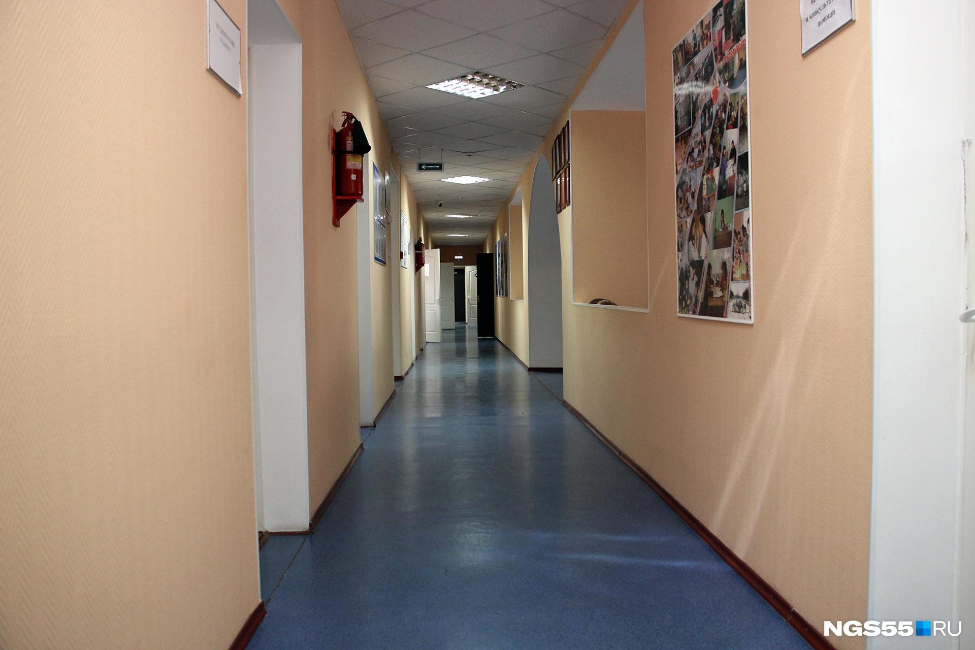 Пустой коридор рождает фантастический, невозможный сюжет: однажды у людей вдруг всё стало хорошо, и необходимость в таких центрах отпала. Увы