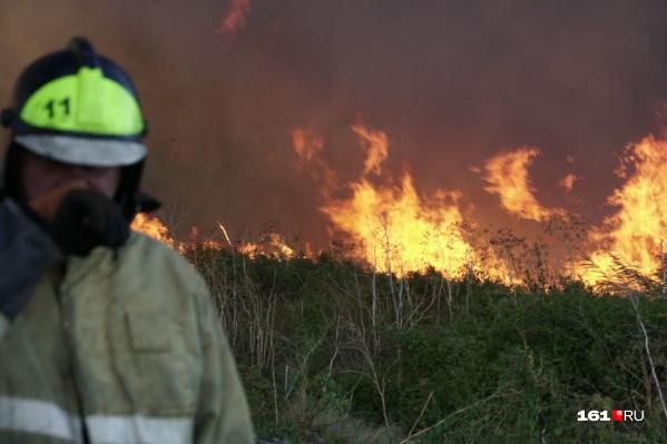 Огонь подбирается к жилым домам