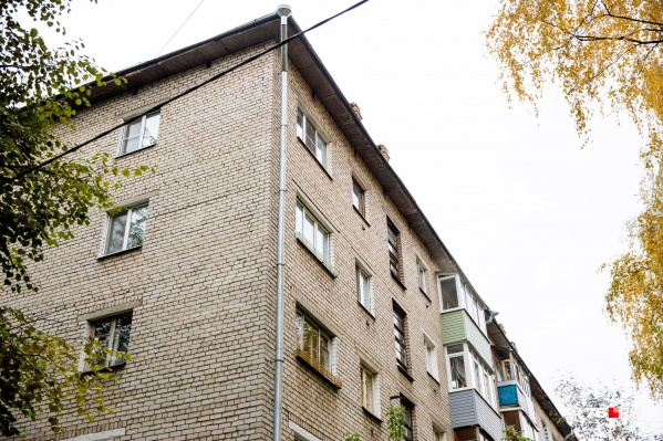 Пенсионеры переписывали на парочку свои квартиры