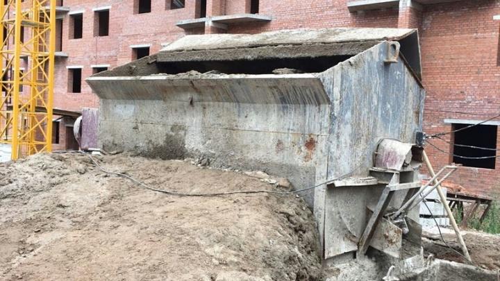 На уфимской стройке в бетономешалке застрял 29-летний строитель