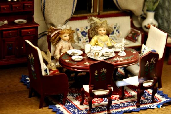Из-за обилия кукол в ресторане посетитель сам начинает чувствовать себя куклой в большом игрушечном ресторане