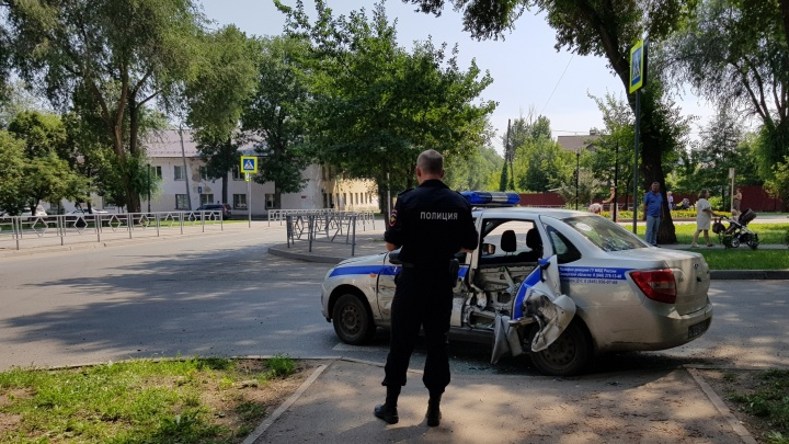 В ДТП на Юных Пионеров иномарка снесла дверь полицейскому автомобилю