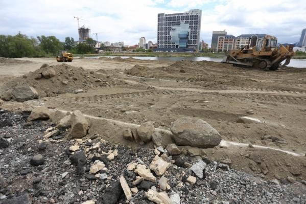 На площадке, где собираются построить 170-метровый конгресс-холл, до сих пор идут подготовительные работы