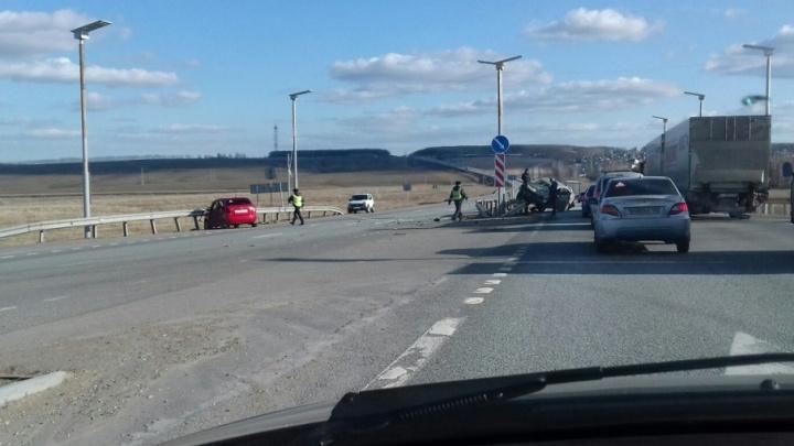 На трассе в Башкирии столкнулись две иномарки: одну из машин отбросило на отбойник
