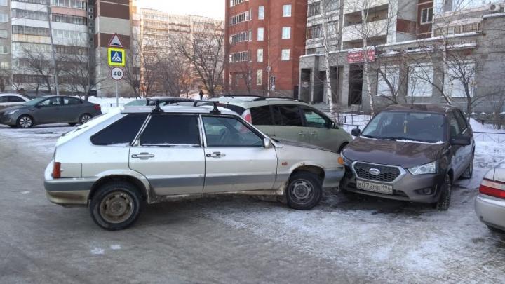 На ВИЗе водитель «четырнадцатой» въехал в машины на обочине и припарковался поперёк дороги