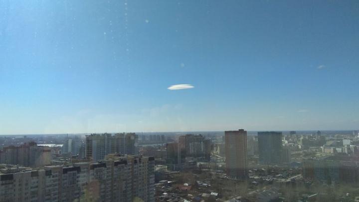 Над Новосибирском замечено неподвижное облако в форме летающей тарелки (фото)