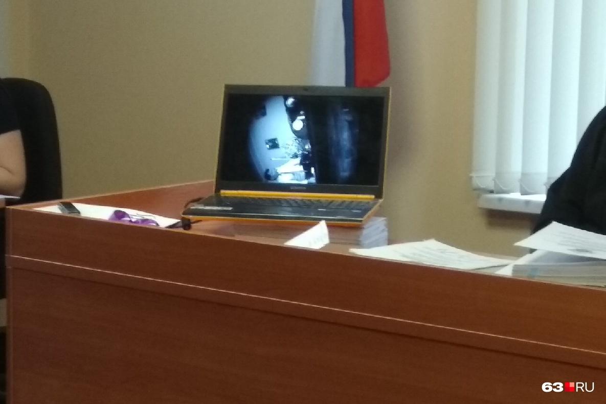 Для демонстрации видео секретарь судьи принесла ноутбук