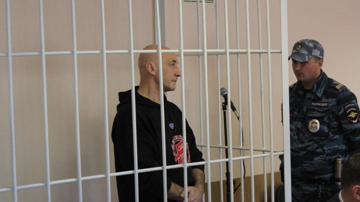 Омский экс-чиновник появился за решёткой в суде лысым и в толстовке «Авангарда»