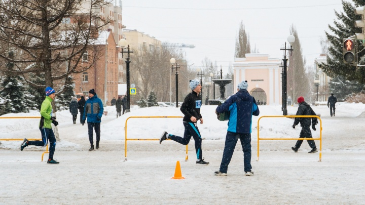Омский спортсмен с гармонью несколько лет подряд поддерживает марафонцев