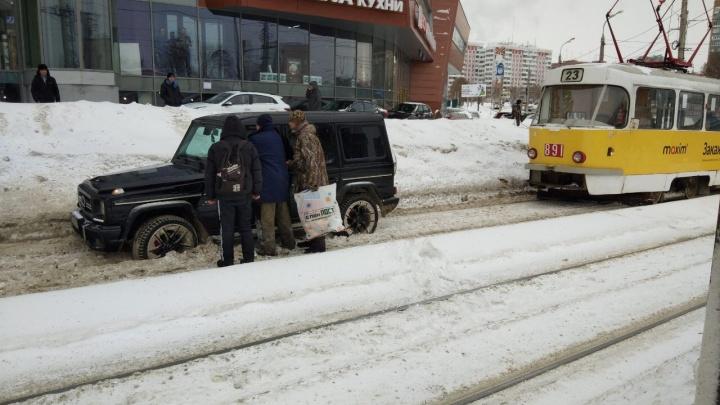 На Ново-Садовой водитель «Гелика» застрял на обособленных трамвайных путях