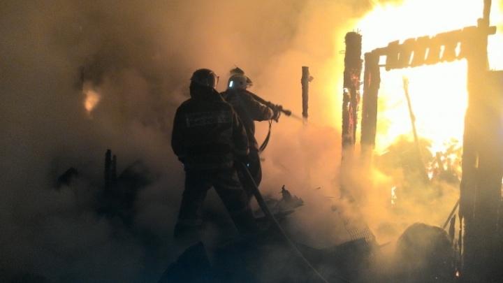 Пожарные вывели из горящего дома пенсионеров. Они попытались вернуться
