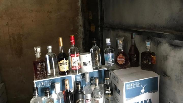 На Уралмаше накрыли склад с 10 тоннами паленого алкоголя