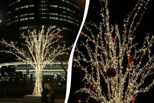 На каждом дереве 13 веток и столько же шаров