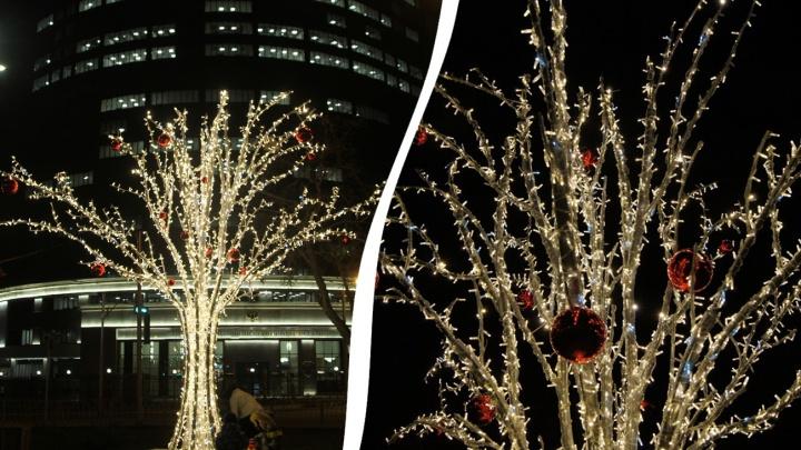 Крымскую площадь украсили светящимися яблонями