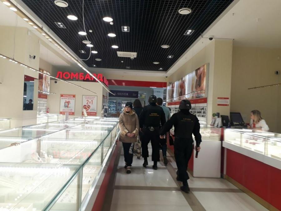 Судебные приставы соспецназом закрыли торговый центр «Марс» вЕкатеринбурге