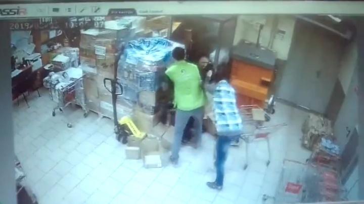Избили и поглумились: в уфимской «Пятерочке» сняли видео, как издеваются над покупателем-воришкой