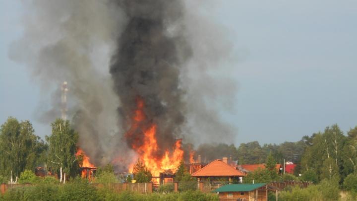 На Увильдах после удара молнии сгорел коттедж челябинского бизнесмена