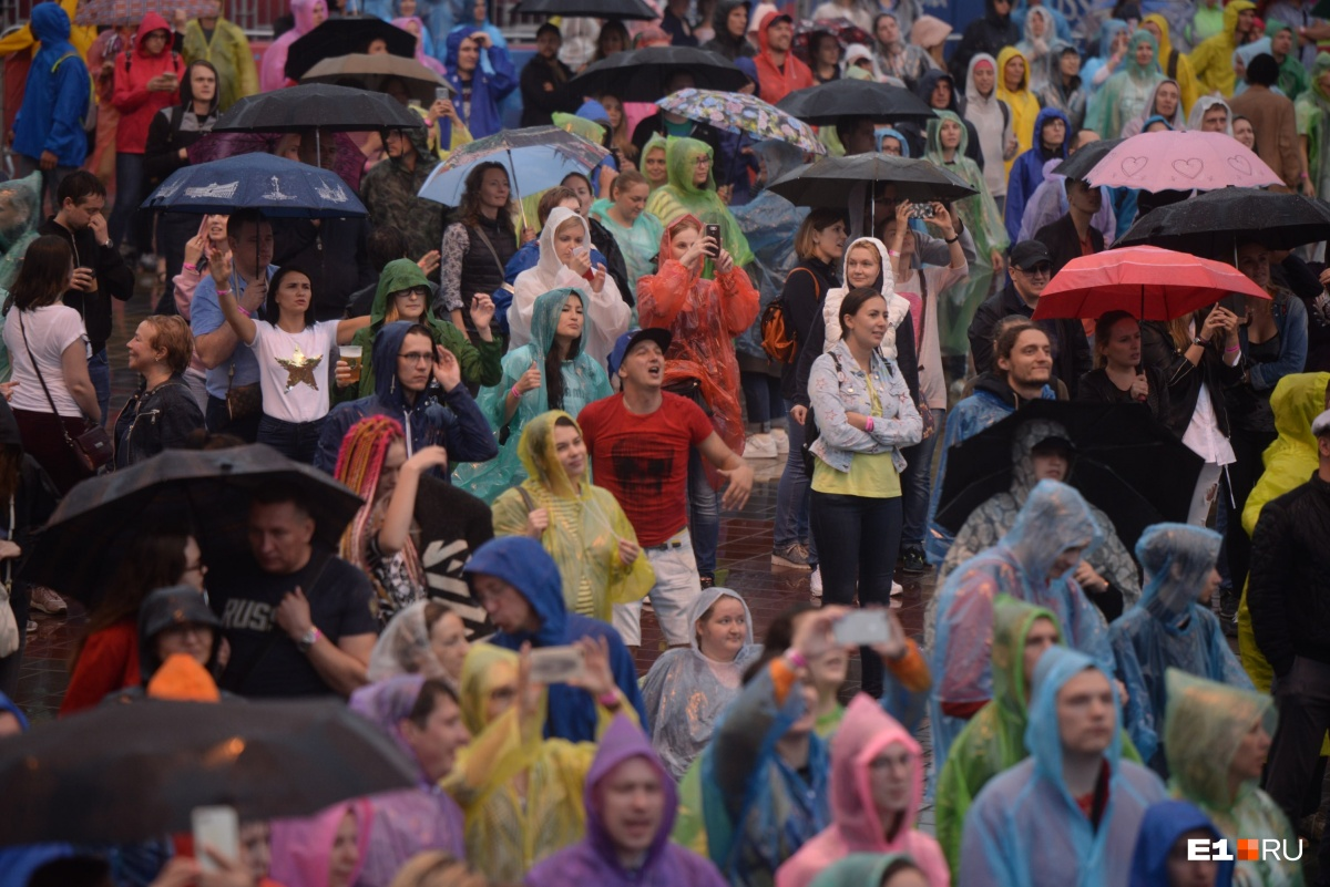 Мокрые, но счастливые: смотрим, как отрывались зрители на фестивале «Маяк»