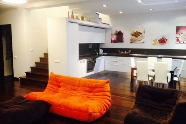 Интерьер самой дорогой двухуровневой квартиры, которой сейчас ищут арендаторов