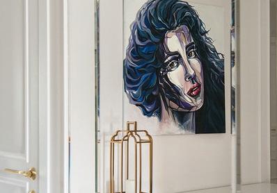 По словам Софии, портрет на стене —это подарок дизайнеров квартиры