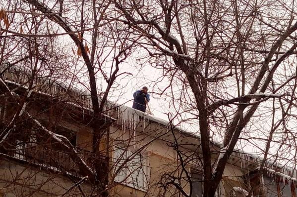 Очищать кровли крыши должна управляющая компания, а балконы — сами собственники