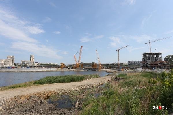 К концу года строители должны заковать берега в гранит