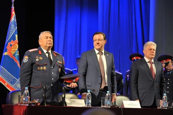 С переизбранием Юрия Иванова (слева) поздравил губернатор Дмитрий Азаров (в центре)