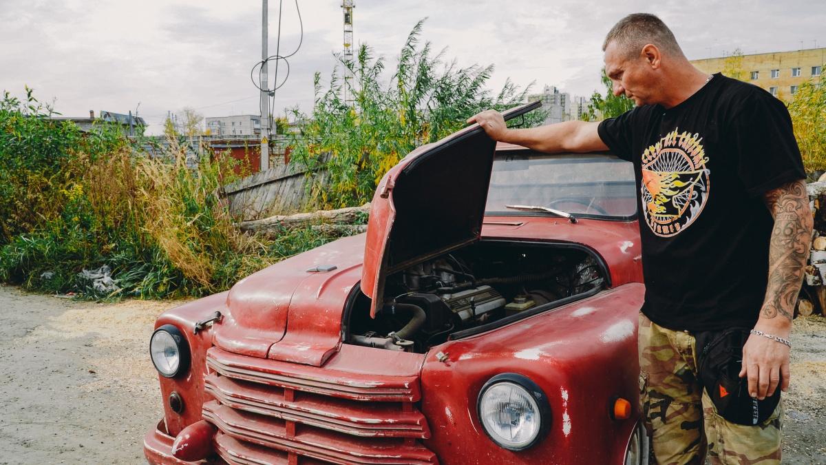 Андрей Филиппов состоит в одном из самых известных мотоклубов. Он мастерит не только машины и байки, но и кареты