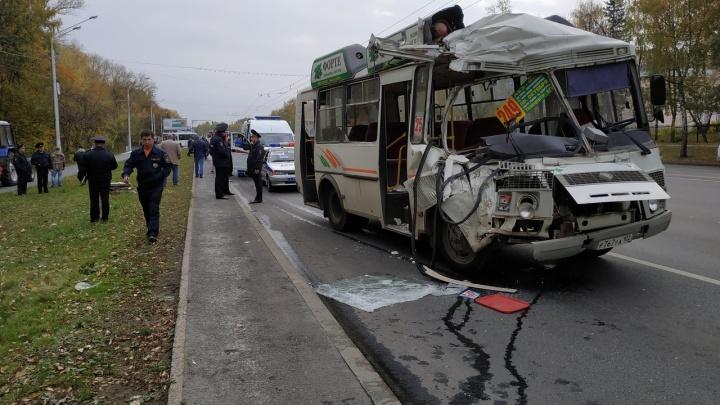 Момент аварии двух автобусов в Уфе попал в объектив камеры очевидцев