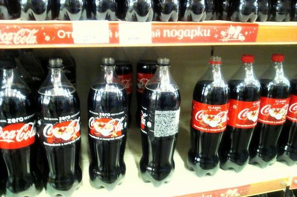 Фотография рядов бутылок с газировкой без крышек появилась сегодня в сообществе «Ревизорро Красноярск». Автор фотографии заявил, что такую картину он увидел в супермаркете «Красный Яр». По его мнению, крышки свинтили любители призов.