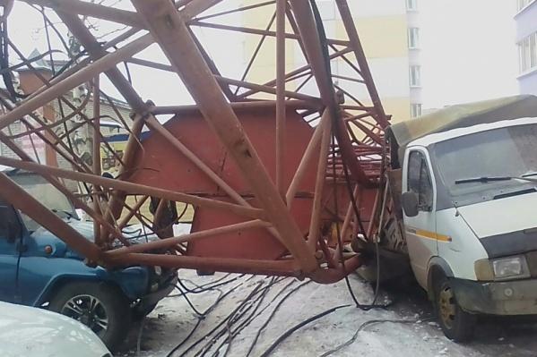 Кран при падении зацепил пять машин